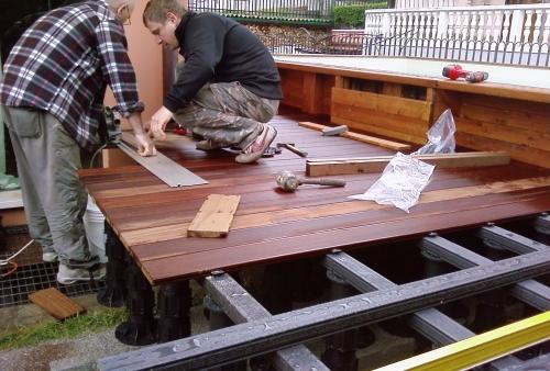 Frassino termotrattato fissato su supporti regolabili e travetti in WPC - pavimento in legno esterno in frassino termotrattato