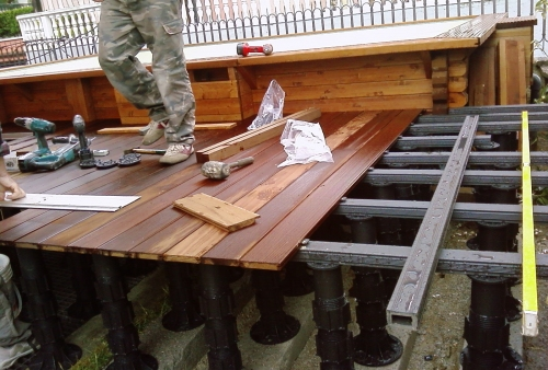 Frassino termotrattato fissato su piedini regolabili e travetti in WPC - pavimento in legno esterno in frassino termotrattato