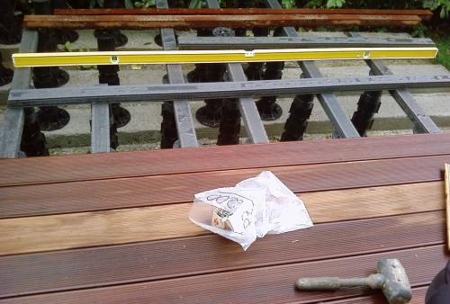 Frassino termotrattato montato su supporti regolabili e travetti in WPC  - pavimento in legno esterno in frassino termotrattato