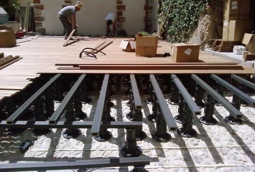 legno per esterni essenza Ipé montato su sottostruttura regolabile per quote - Pavimento in legno esterno in Ipé
