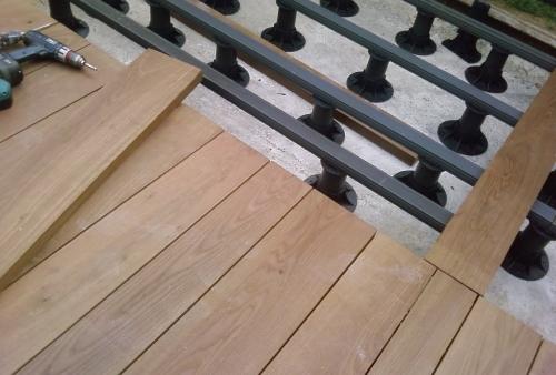 Ipé spessore mm 40 - pavimento DECKING a bordo piscina - Ipé - sottostruttura per quote in piedini regolabili e magatelli in WPC